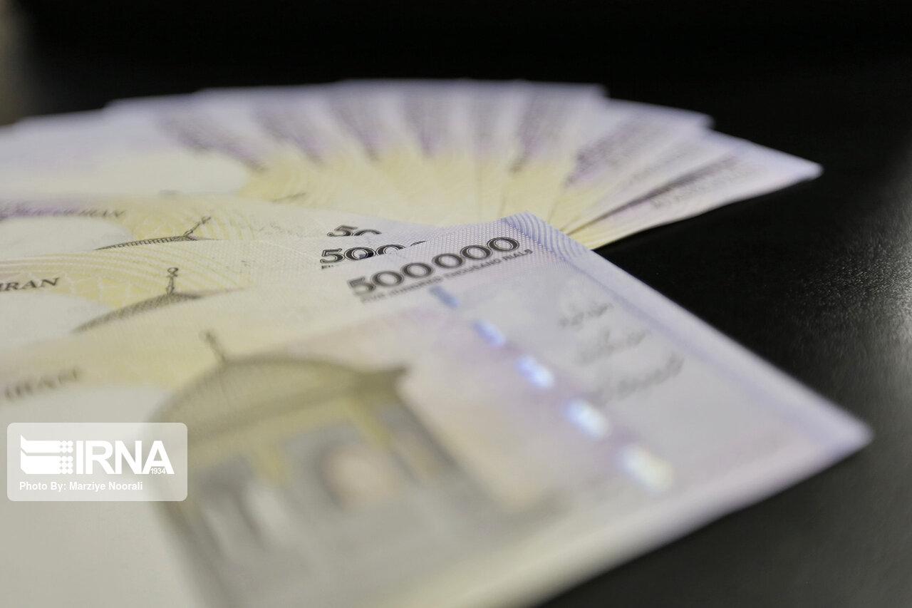 در راستای عملیات بازار باز انجام شد؛ بازخرید معکوس ۶۵ هزار میلیارد ریال اوراق توسط بانک مرکزی 19 مرداد 1400 ایرنا بانک مرکزی در این هفته نیز در استمرار جذب نقدینگی، اقدام به بازار خرید معکوس 65 هزار و 800 میلیارد ریال اوراق کرد. به گزارش روز دوشنبه ایرنا از بانک مرکزی، با توجه به پیشبینی بانک مرکزی از وضعیت نقدینگی در بازار بینبانکی، موضع عملیاتی بانک مرکزی در این هفته استمرار جذب نقدینگی بود. بنابراین، این بانک به اجرای عملیات بازار باز در قالب توافق بازخرید معکوس به مبلغ ۶۵ هزار و ۸۰۰ میلیارد ریال اقدام کرد. بانک مرکزی در چارچوب مدیریت نقدینگی مورد نیاز بازار بینبانکی ریالی، عملیات بازار باز را به صورت هفتگی اجرا میکند. موضع عملیاتی این بانک (خرید یا فروش از طریق ابزارهای موجود) بر اساس پیشبینی وضعیت نقدینگی در بازار بینبانکی و با هدف کاهش نوسانات نرخ بازار بینبانکی حول نرخ هدف، از طریق انتشار اطلاعیه در سامانه بازار بینبانکی اعلام میشود. همچنین بانکها و موسسات اعتباری غیربانکی میتوانند در راستای مدیریت نقدینگی خود در بازار بینبانکی، نسبت به ارسال سفارشها تا مهلت تعیین شده از طریق سامانه بازار بینبانکی اقدام کنند. بانکها و موسسات اعتباری غیربانکی میتوانند در روزهای شنبه تا چهارشنبه از اعتبارگیری قاعدهمند (دریافت اعتبار با وثیقه از بانک مرکزی) مشروط به در اختیار داشتن اوراق مالی اسلامی دولتی و در قالب توافق بازخرید با نرخ سقف دالان نرخ سود (۲۲ درصد) استفاده کنند.